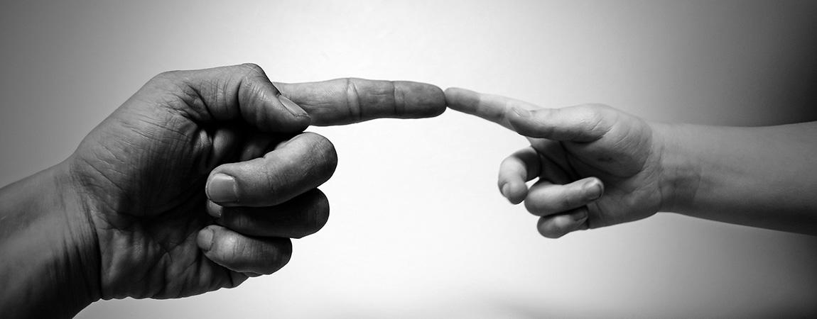 Spenden. Zwei Hände, die Zeigefinger berühren sich.