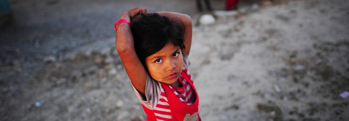 Mädchen auf der Straße in Nepal.