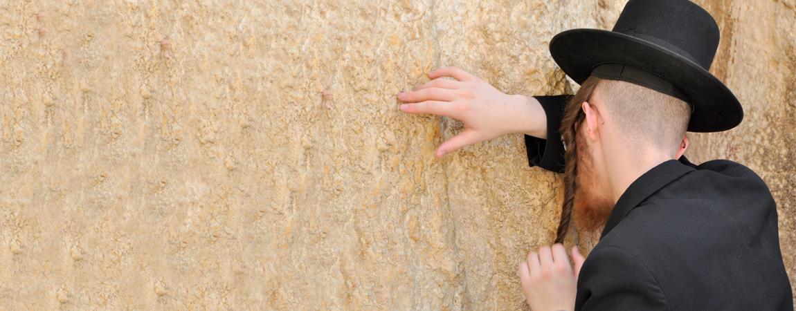 Israel Klagemauer mit betendem Mann.